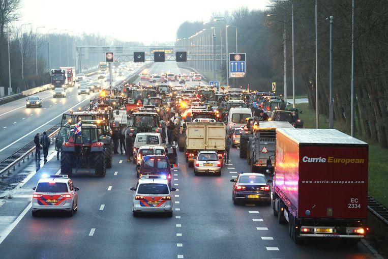Boze boeren staan stil op de A9 bij de afslag Uitgeest. De politie heeft snelweg afgesloten.  Beeld ANP