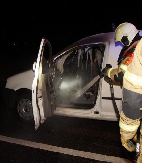 Rook komt uit dashboard, bestuurder zet auto aan de kant