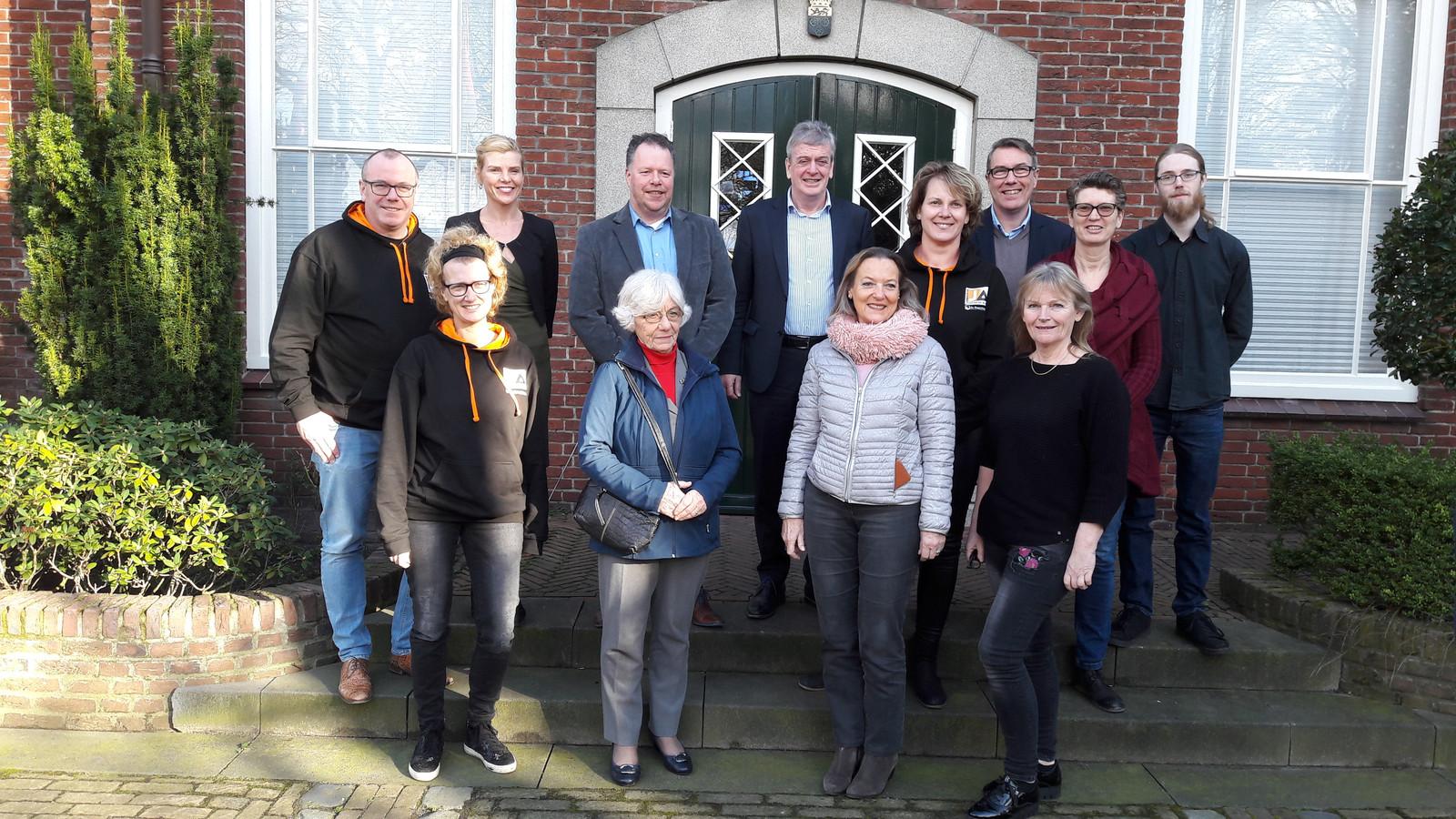 De vrijwilligers en bestuurders uit de drie Altena-gemeenten die de activiteiten gaan organiseren in aanloop naar de vorming van de gemeente Altena.