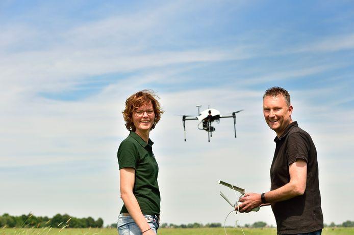 Mariëlle Oudenes en Raymond de Vries in actie met hun drones.