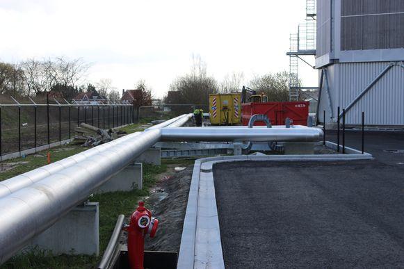 De stoomleiding naar A&U Energie steekt de Ridder de Ghellinckstraat over. Het niveauverschil dat na die werken is ontstaan, wordt volgende week weggewerkt.