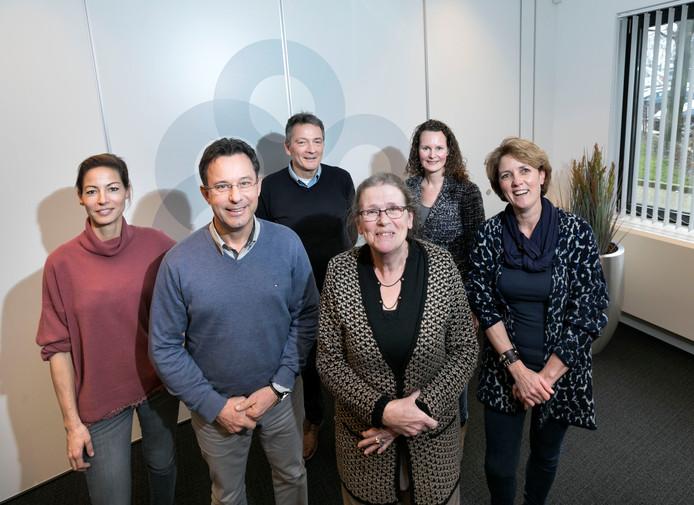 Feestje voor het personeel van Bevolkingsonderzoek Zuid. Van links naar rechts: Karlijn Scheffers, Mark Steinbusch, Peter Heugen, Ans Oude Wesselink, Geesje Vugts en Elian Strik.