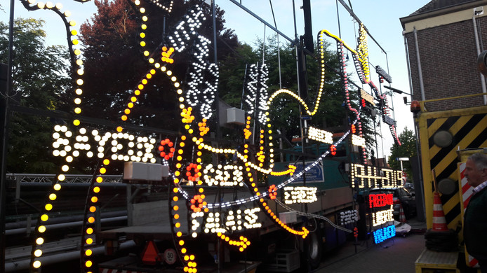 Het lichtkunstwerk dat de Lichtjesroute heeft ontworpen voor het jubileumjaar van de Bevrijding van Eindhoven én de viering van 75 jaar D-Day in Bayeux. Het verbeeldt de route die de geallieerde troepen namen om in Eindhoven uit te komen.