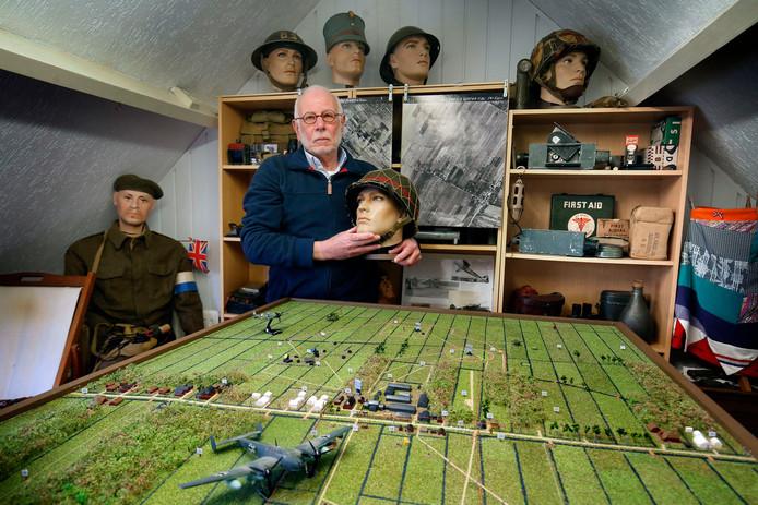 Teus Hoogenhuijzen bij zijn eigenhandig vervaardigde maquette van de voormalige WO II radarpost 'Gorilla' in zijn mini-museum met militaire verzameling op zolder in Asperen.