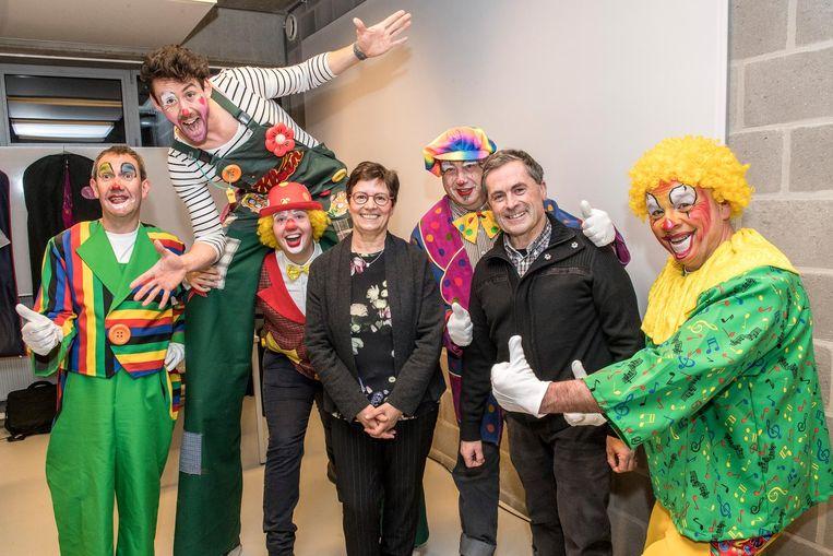 Bezieler Geert Deraeve met enkele mensen van vzw Kloen.