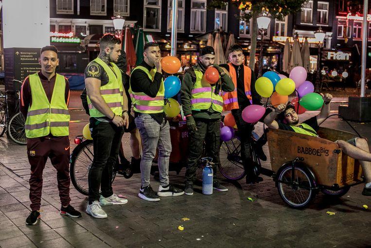 Ufogas baas Deniz Üresin met zijn team op het Rembrandtplein. Beeld Amaury Miller
