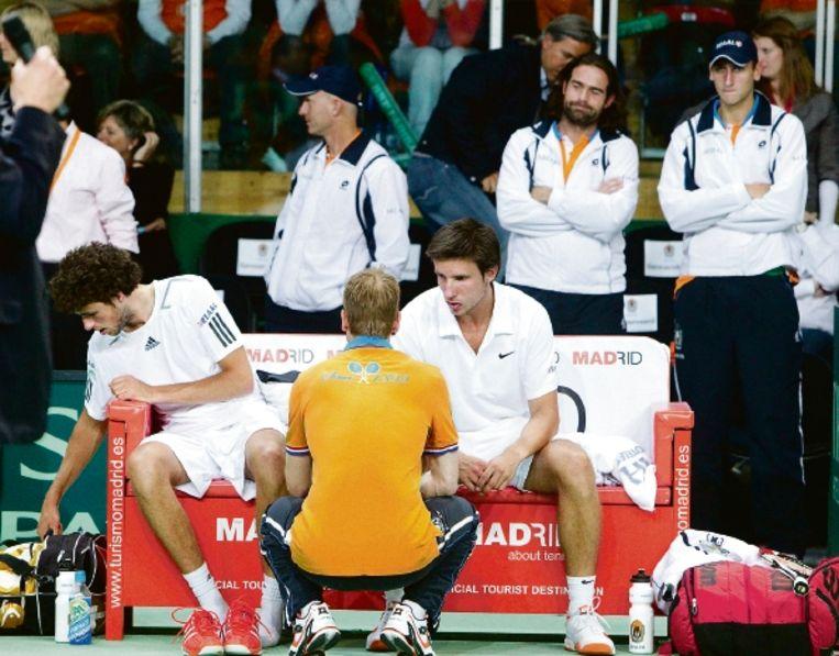 Verslagenheid bij Haase (links), coach Siemerink en Sijsling na de beslissende nederlaag in het dubbelspel. ( FOTO KOEN SUYK, ANP) Beeld ANP