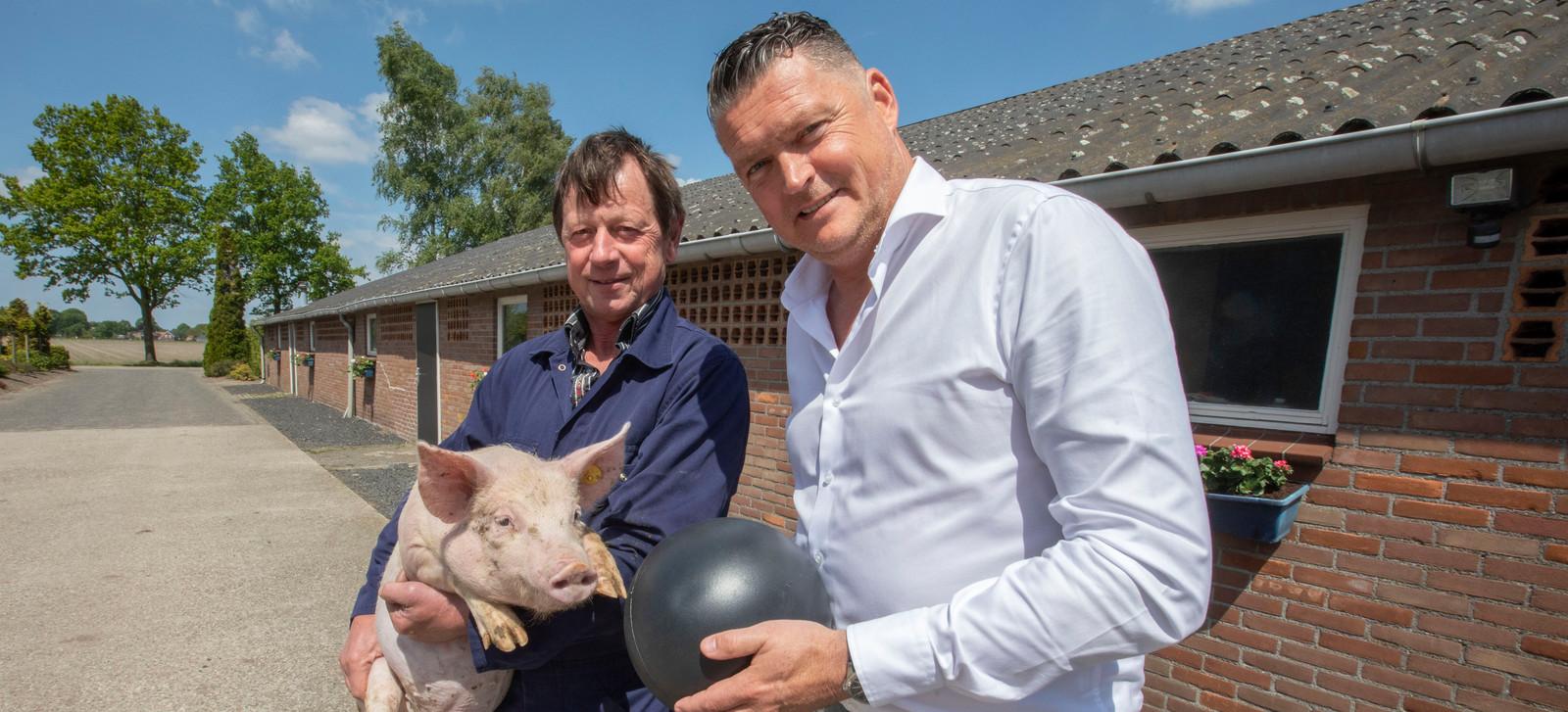 Erik Franc met zijn balansbal (rechts) die hij aan varkensbedrijven verkoopt, zoals aan Toon van der Heijden uit Soerendonk.