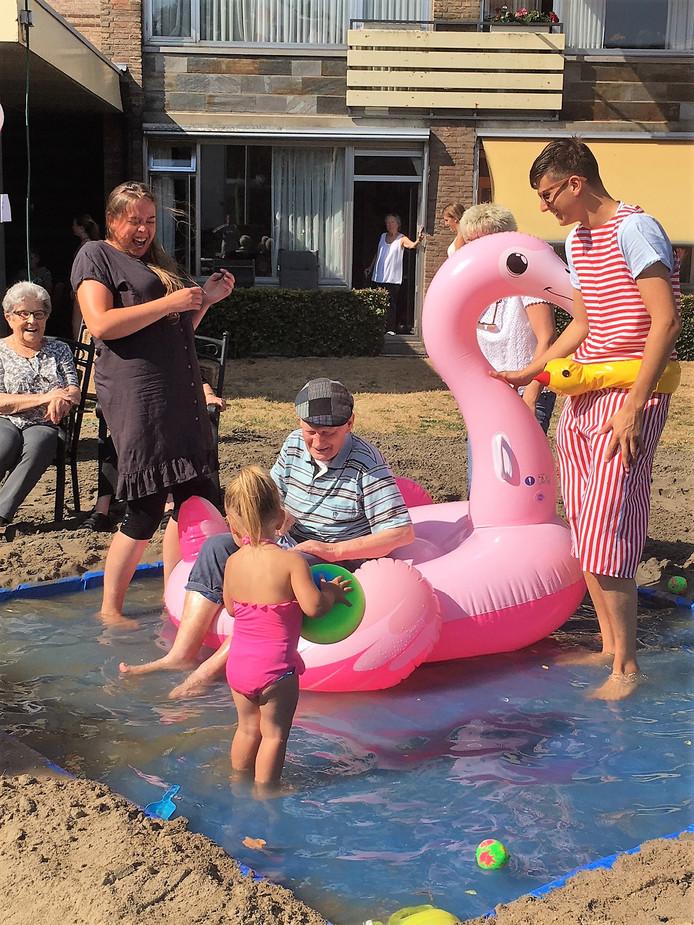 Zomerpret op Playa del Vossenberg: bewoner Harry van Boxtel (86) geniet van de 'kiendjes'.