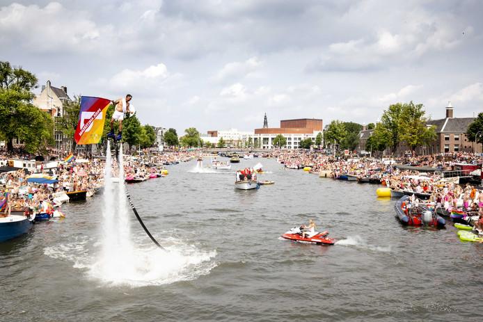 Een deelnemer op een hoverboard tijdens de botenparade door de Amsterdamse grachten.