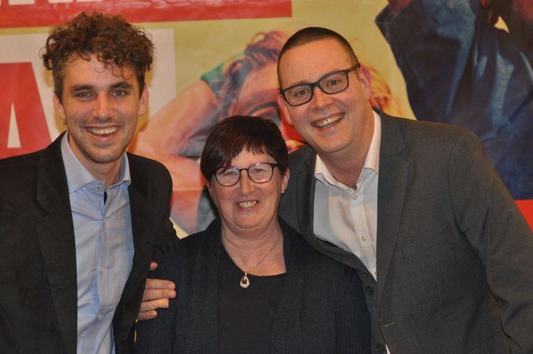 Lijsttrekkers Sander Vandecapelle en Bea Knaepen met federaal parlementslid Raoul Hedebouw.