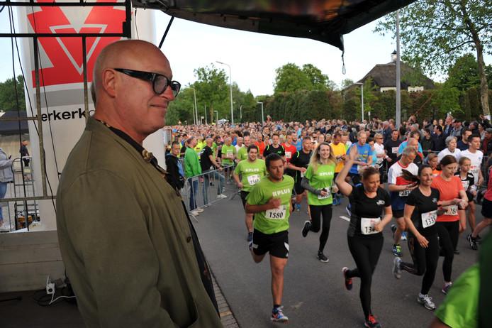 Iets na 20.00 uur gaf Van der Gijp het startsein voor zowel de vijf als tien kilometerloop.