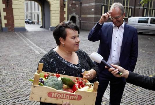 Staatssecretaris Sharon Dijksma (Economische Zaken) kwam vandaag met een kratje met onder meer broccoli, tomaten, aubergine, druiven, komkommer en appel naar de eerste ministerraad.