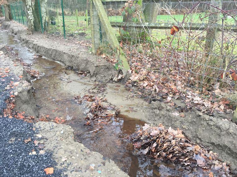 Door het regenweer zakte de beek in. Daardoor slibt de riolering dicht.
