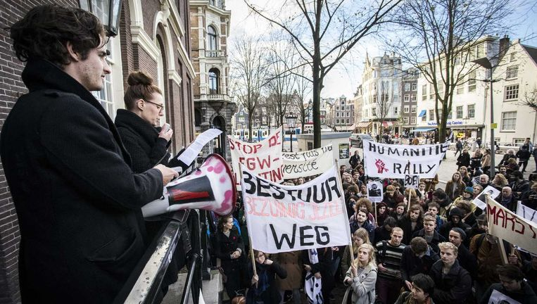 Studenten demonstreren tegen bezuinigingen op geesteswetenschappen in Amsterdam. Beeld anp