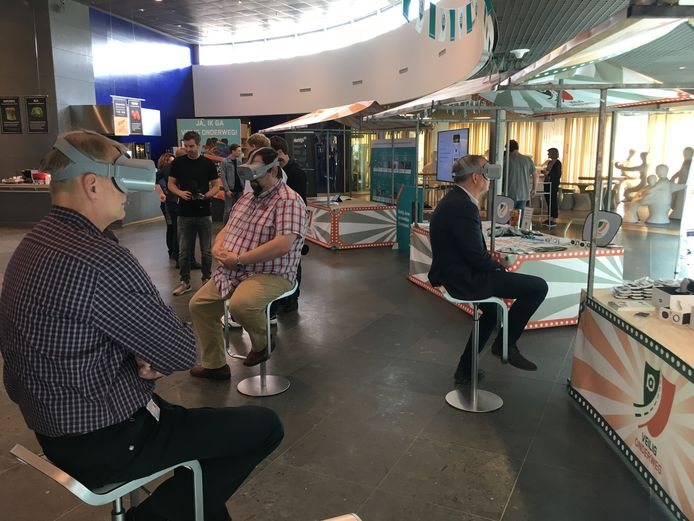 Achmea-medewerkers doen een test met virtual realtiy. Links Peter Zijlmans, midden Patrick Appeldoorn