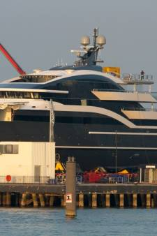 Oceanco rijdt nieuw miljoenenjacht naar buiten in Alblasserdam