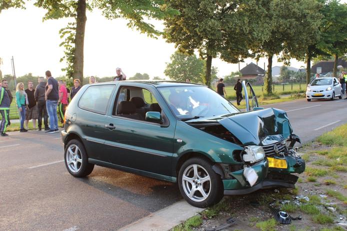 De zwaar beschadigde auto na de botsing in Doornenburg.