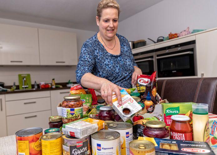 De Alphense Mariska van Vliet bereidt maaltijden voor armen en stelt pakketten samen voor minderbedeelden. Zij ziet door corona dat er vaker een beroep op haar gratis diensten wordt gedaan.