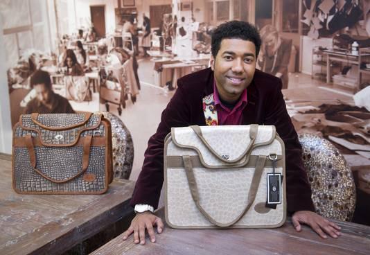 Tassenontwerper Omar Munie poseert maandag in zijn nieuwe winkel in Rotterdam