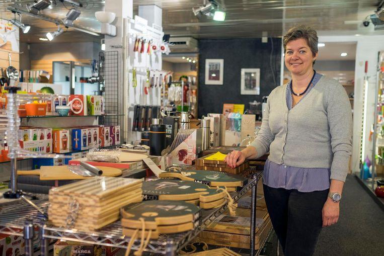 Ismena Soly in haar kookwinkel, bij de aankondinging van de verhuizing naar de Nationalestraat in mei vorig jaar.