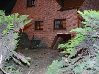 Politiecombi belandt tegen woning op weg naar dringende interventie: twee agenten gewond
