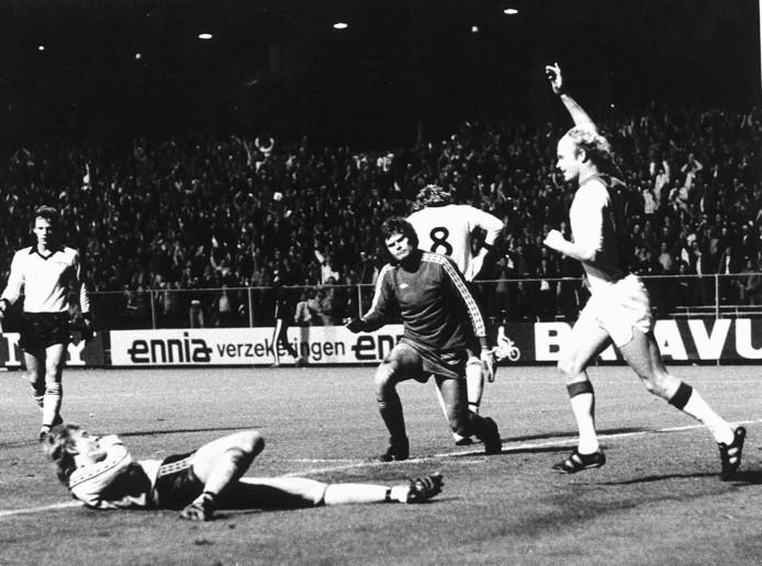 Ajax-Lillestrom, tweede wedstrijd eerste ronde EC 1 voetbal. Ruud Geels juicht, nadat de niet afgebeelde Arnesen de bal voor de eerste keer langs doelman Amundsen heeft geplaatst.