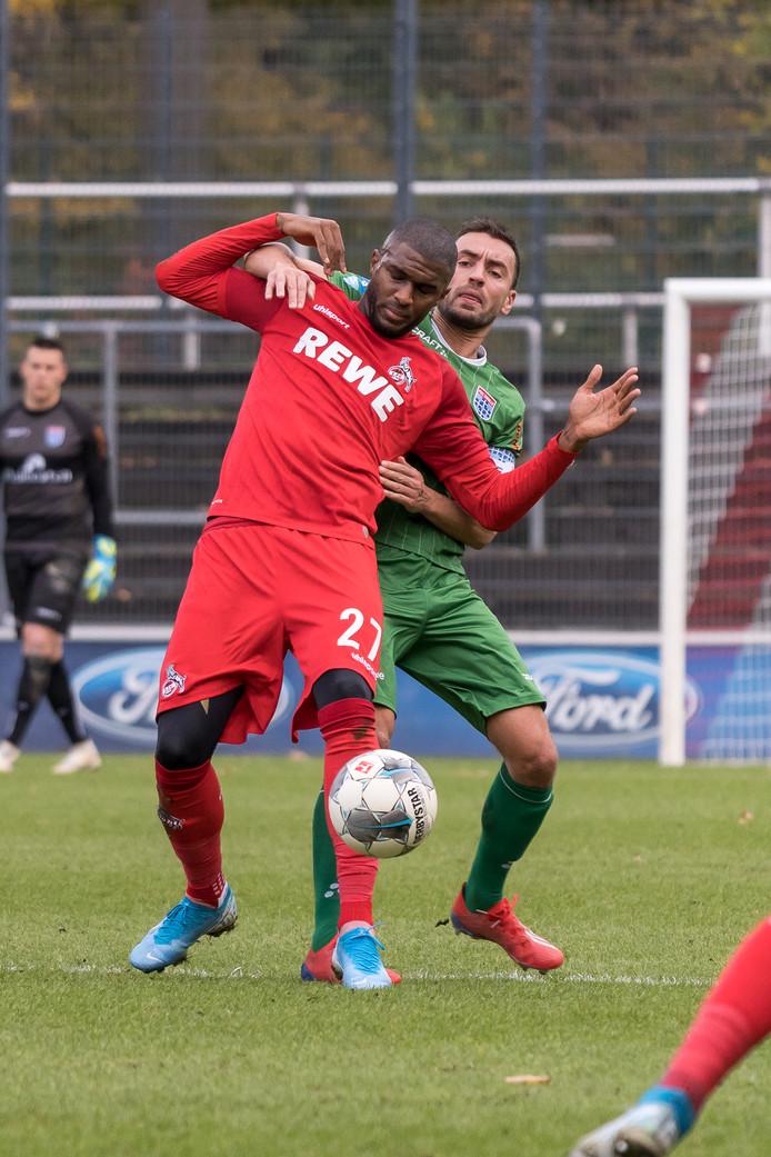 Bram van Polen heeft in een oefenduel met FC Köln (0-0) zijn rentree gemaakt bij PEC Zwolle. De aanvoerder vecht hier een duel uit met spits Anthony Modeste.