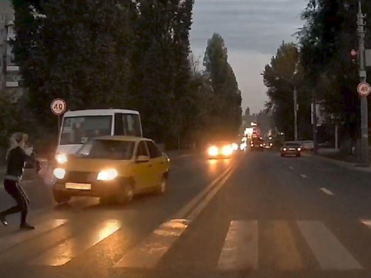 Vrouw ziet leven aan zich voorbijflitsen wanneer auto haar nipt kan ontwijken