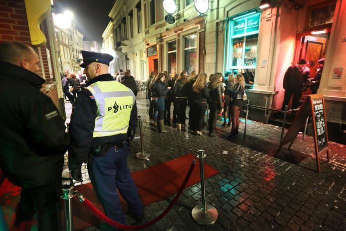 Een wijkagent houdt toezicht in de binnenstad van Breda