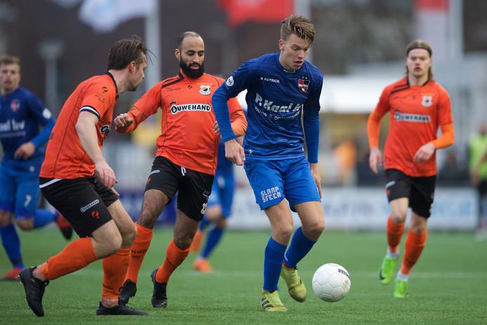 Lowie van Zundert neemt als huurling van De Treffers de bal aan onder druk van spelers van Katwijk.