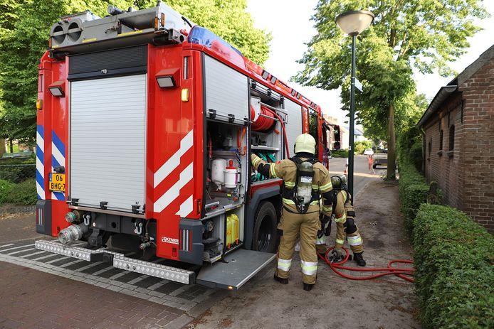 Brandweer blust brandende heg in Liempde.