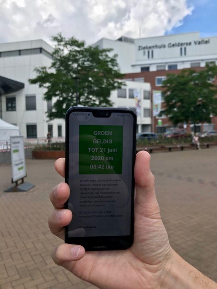 De coronacheck geeft een groen scherm aan. Je bent welkom in het ziekenhuis.