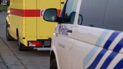 Auto tegen betonblok in Priemstraat: bestuurster gewond