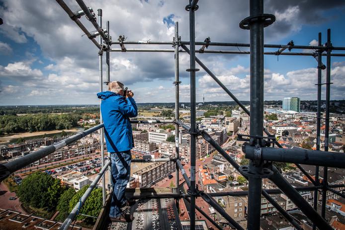 Een bezoeker maakt op grote hoogte een foto van Arnhem. Zichtbaar zijn Rozet, de Jansbeek en de stationstorens. Foto: Rolf Hensel.