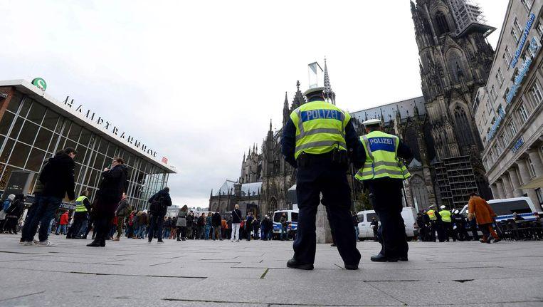 Agenten inspecteren het plein voor het station in Keulen Beeld afp
