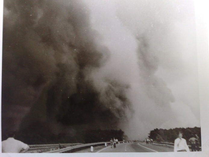 Grote rookwolken pakken zich samen boven de A28 tijdens het Inferno van 't Harde in de zomer van 1970.