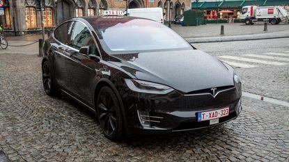 Eerste elektrische taxi rijdt door Brugge