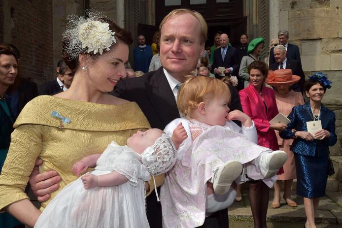 Prins Carlos de Bourbon de Parme en zijn vrouw Annemarie Gualtherie van Weezel, samen met twee van hun drie kinderen.