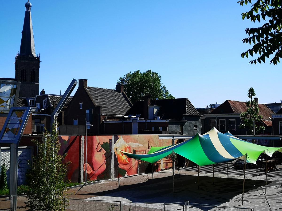 Het Joop Sarsplein in Doetinchem, overdekt met de Achterhoekse vlag.