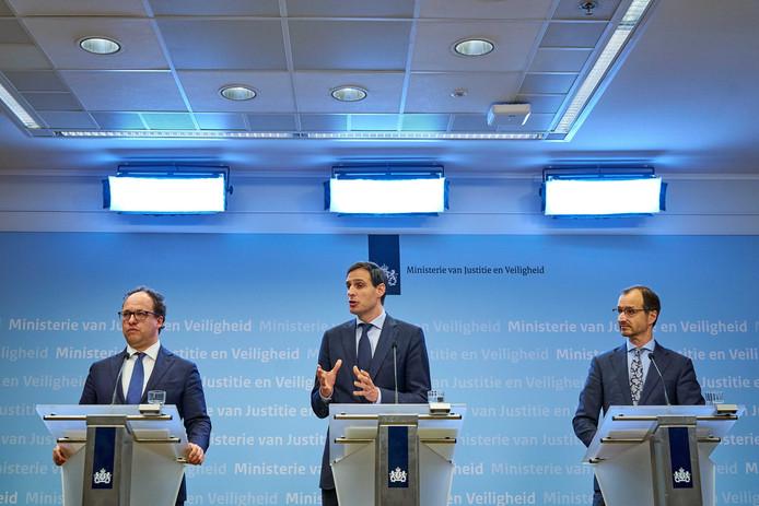 Ministers Wouter Koolmees (Sociale Zaken), Wopke Hoekstra (Financiën) and Eric Wiebes (Economische Zaken) bij de persconferentie over noodsteun, 17 maart.