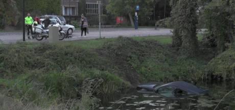 Auto in z'n achteruit schiet water bij Zutphen in