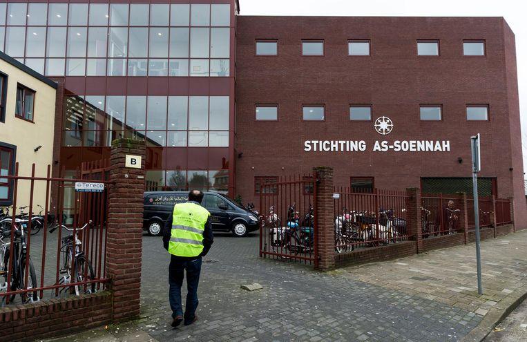Exterieur van de As-Soennah Moskee in Den Haag. Beeld null