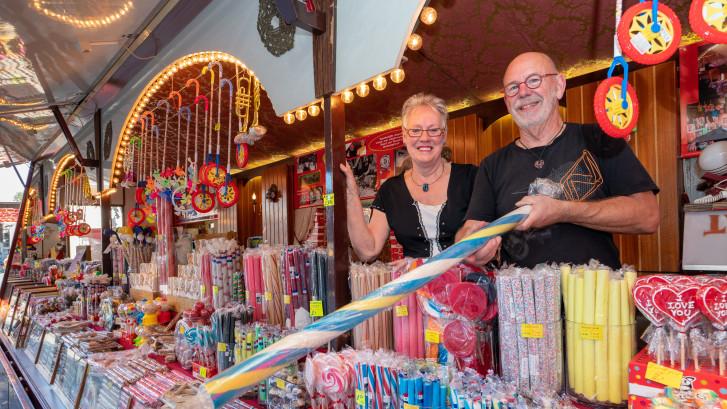 Bert (73) en Roelie (73) staan al 50 jaar in de snoepkraam op de Hengelose kermis