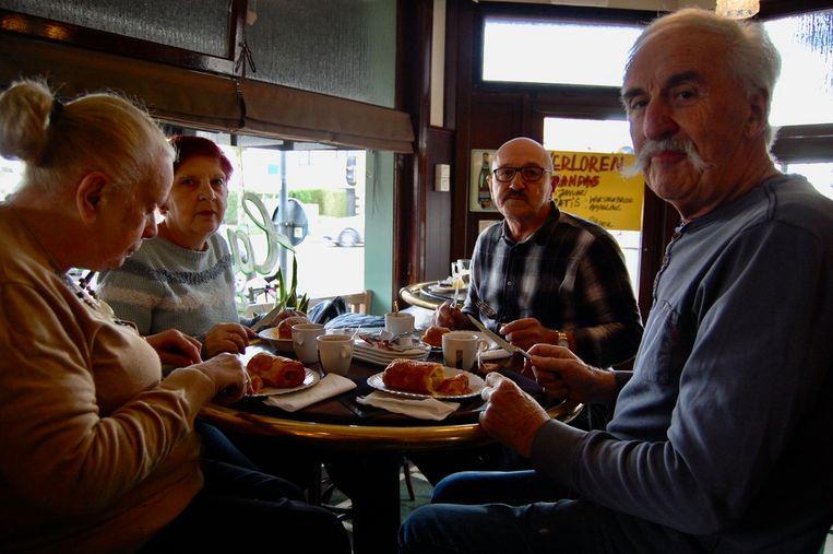 Wim, Rik, Marie-Josée en Myriam zijn vaste klanten in Café Torenven.
