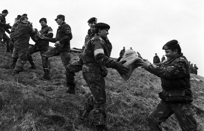 Het leger werd ingezet om zandzakken an te voeren om de dijken te redden.