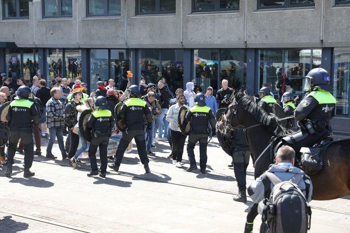 Eerder werd een demonstratie tegen de coronamaatregelen op de Koekamp in Den Haag beëindigd, omdat men zich niet aan de coronaregels hield