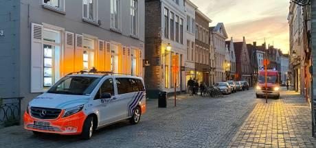Politieman zakt door dak na korte achtervolging in Ezelstraat