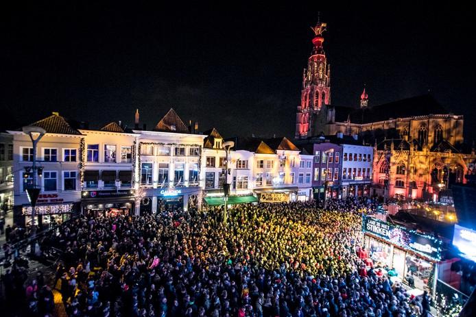 Overzicht Kleurrijke Grote Markt Breda tijdens Serious RequestFoto Lotte Schrander
