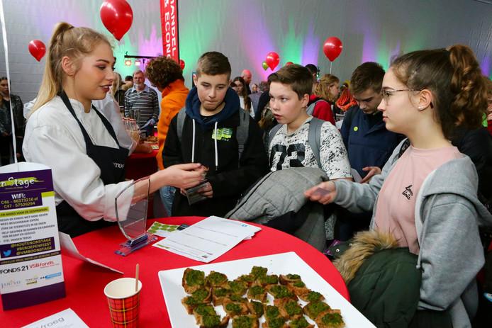 Foto ter illustratie. Op een banenmarkt in Woerden konden vmbo-scholieren kennismaken met verschillende beroepen.